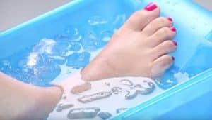 cách giải nhiệt bằng cách ngâm chân trong nước lạnh