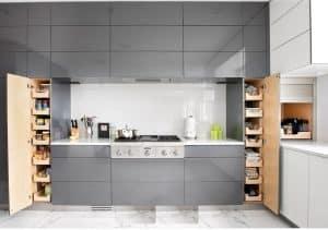 Tủ bếp được thiết kế với nhiều ô tủ có kích thước khác nhau vô cùng độc đáo, thông minh